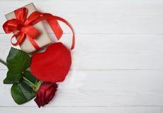 Rosa, regalo y corazón del rojo Imagenes de archivo