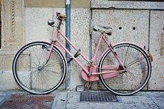 Rosa retro cykel Arkivfoton
