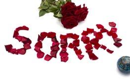 Rosa roja, el globo e inscripción de los pétalos de rosas Fotos de archivo libres de regalías