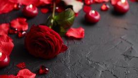 Rosa roja, pétalos, velas, fechando los accesorios, regalos encajonados, corazones, lentejuelas