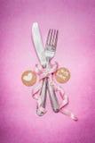 Rosa romantisches Tabellengedeck mit Zeichendekoration und Mitteilung für Sie und Herz, Draufsicht Stockbilder