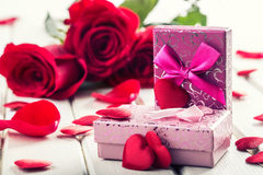 Rosa Rosas vermelhas Ramalhete de rosas vermelhas Diversas rosas no fundo do granito Dia de Valentim, fundo do dia do casamento Foto de Stock Royalty Free