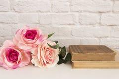 Rosa Rose Mock Up Angeredete Fotografie auf Lager Blumenrahmen, angeredeter Wand-Spott oben Rose Flower Mockup, alte Bücher, Vale Lizenzfreie Stockfotografie