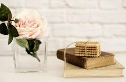 Rosa Rose Mock Up Gamla böcker och kakor Utformat materielfotografi Blom- utformad väggmodell, Valentine Mother Day Holiday Arkivfoton