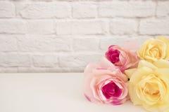 Rosa Rose Mock Up Utformat materielfotografi Blom- ram, utformad väggåtlöje upp Rose Flower Mockup Valentine Mothers Day Card, Gi Royaltyfria Foton