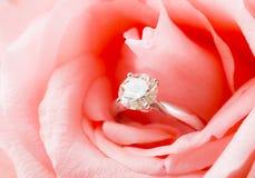 Rosa Rose und Diamantring nach innen angeschmiegt lizenzfreies stockbild