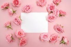 Rosa Rosen auf rosa Hintergrund mit Raum für Text Flache Lage, Draufsicht Lizenzfreies Stockfoto