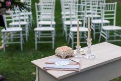 Rosa Rosen in einem keramischen Kasten auf dem Tisch Lizenzfreies Stockfoto