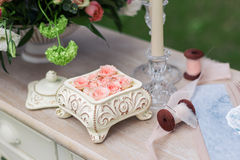 Rosa Rosen in einem keramischen Kasten auf dem Tisch Lizenzfreies Stockbild