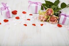 Rosa Rosen, Geschenk und Herzen Stockbilder
