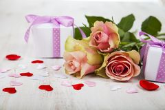 Rosa Rosen, Geschenk und Herzen Stockbild