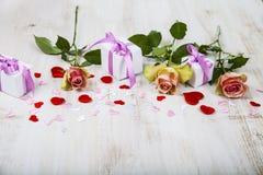 Rosa Rosen, Geschenk und Herzen Stockfotografie