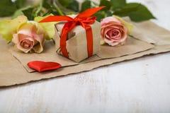 Rosa Rosen, Geschenk und Herzen Lizenzfreie Stockbilder