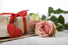 Rosa Rosen, Geschenk und Herzen Stockfoto