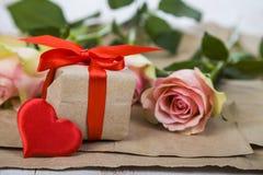 Rosa Rosen, Geschenk und Herzen Lizenzfreies Stockbild