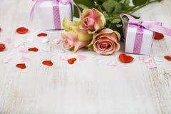 Rosa Rosen, Geschenk und Herzen Lizenzfreie Stockfotografie