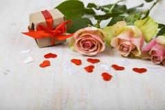 Rosa Rosen, Geschenk und Herzen Stockfotos