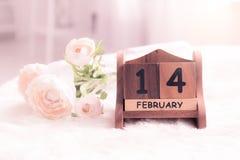 Rosa Rosen legen auf dem Tisch nahe Kalender mit dem Datum von Febru Stockbild