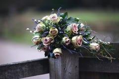 Rosa Rosen u. Lavendel-Blumenstrauß Stockfoto