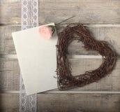 Rosa Rosen und Herzgrußkarte stockbilder