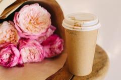 Rosa Rosen und Kaffee Lizenzfreie Stockfotografie