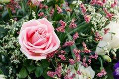 Rosa Rosen vereinbarten in einem Blumenstrauß von Blumen Stockfotos