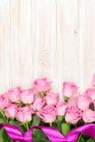 Rosa Rosenblumenstrauß über Holztisch stockfotos