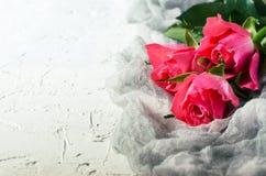 Rosa Rosenblumenstrauß über weißem Hintergrund Draufsicht mit Kopienraum Lizenzfreies Stockfoto
