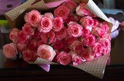 Rosa rosor dag för för valentin` s eller för moder` s Naturligt ljus, selec Arkivfoto