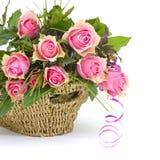 Rosa rosor i en korg royaltyfria foton