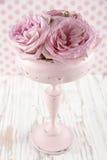 Rosa rosor i en trävas för pastellfärgad färg arkivfoto