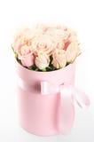Rosa rosor i gåvaask Arkivfoton