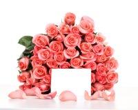 Rosa rosor med anmärkningspapper royaltyfri fotografi