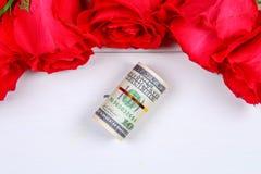 Rosa rosor med dollarräkningar i stället för en gåva Mall för mars 8, mors dag, valentin dag Arkivfoton