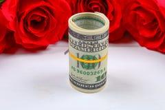 Rosa rosor med dollarräkningar i stället för en gåva Mall för mars 8, mors dag, valentin dag Royaltyfri Foto