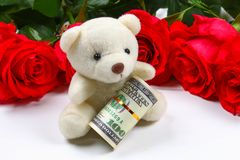 Rosa rosor med dollarräkningar i stället för en gåva Mall för mars 8, mors dag, valentin dag Royaltyfri Fotografi