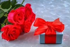 Rosa rosor med en gåvaask som binds med en pilbåge Mall för mars 8, mors dag, valentin dag Royaltyfria Foton