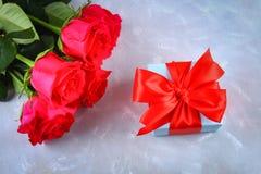 Rosa rosor med en gåvaask som binds med en pilbåge Mall för mars 8, mors dag, valentin dag Royaltyfri Bild