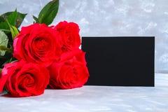 Rosa rosor med en tom svart tavla för text Kopiera utrymme för text Mall för mars 8, mors dag, valentin dag Royaltyfri Foto