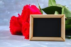 Rosa rosor med en tom svart tavla för text Kopiera utrymme för text Mall för mars 8, mors dag, valentin dag Arkivbilder