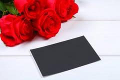 Rosa rosor med en tom svart tavla för text Kopiera utrymme för text Mall för mars 8, mors dag, valentin dag Royaltyfri Bild