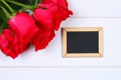 Rosa rosor med en tom svart tavla för text Kopiera utrymme för text Mall för mars 8, mors dag, valentin dag Arkivfoto