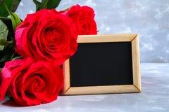 Rosa rosor med en tom svart tavla för text Kopiera utrymme för text Mall för mars 8, mors dag, valentin dag Royaltyfri Fotografi