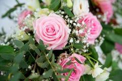 Rosa rosor med kronblad Abstrakt naturliga bakgrunder bröllop Arkivfoton
