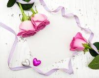 Rosa rosor och hälsningkort Arkivfoton