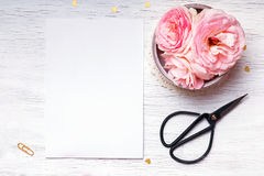 Rosa rosor och tömmer papper på den vita tabellen arkivbilder
