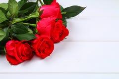 Rosa rosor på en vit trätabell Kopiera utrymme för text Mall för mars 8, mors dag, valentin dag Royaltyfria Bilder