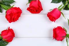 Rosa rosor på en vit trätabell Kopiera utrymme för text Mall för mars 8, mors dag, valentin dag Arkivfoton