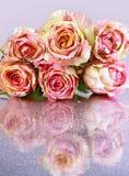 Rosa rosor på tabellen Arkivbild
