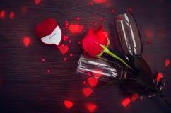 Rosa rossa, anello, cuori e vetri del champagne Fotografia Stock Libera da Diritti